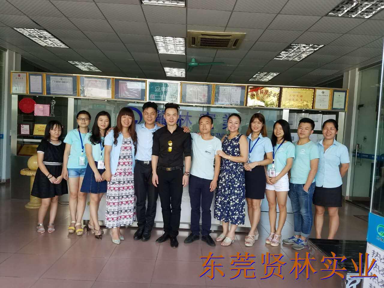 欢迎著名歌手刘凯歌莅临贤林公司为他的爱家和花园选购花园类产品